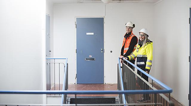 Hoasin rakennuttajainsinööri Laura Pääkkönen ja Consti Korjausurakointi Oy:n työmaainsinööri Mikko Hell Hoasin korjaustyömaalla.